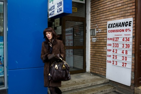 ROMANIA / Bucharest / 16.02.09 A woman leaves an exchange office in the posh Dorobanti neighborhod in northern Bucharest. Romania, which had the fastest-growing economy in the EU in the third quarter of last year, predicts a sharp slowdown this year that will lower budget revenue. The IMF said this month that the country probably faces a recession in 2009. © Davin Ellicson / Anzenberger